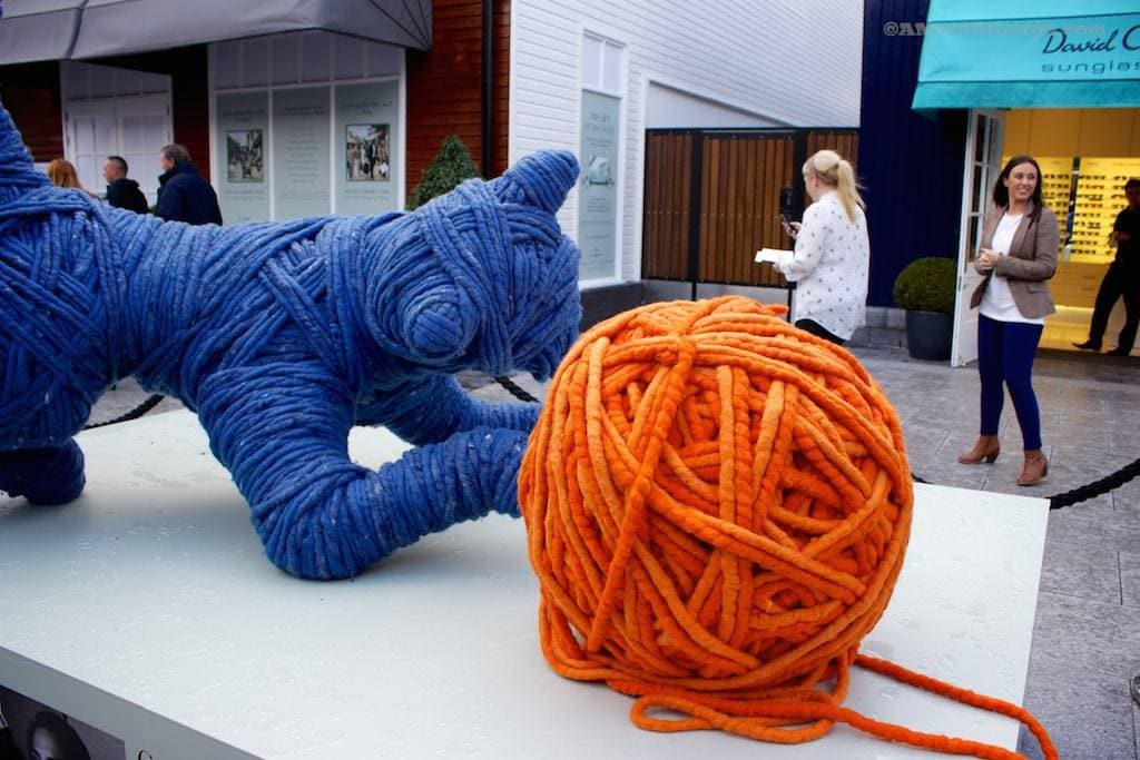yarnbombing Kildare Village cat